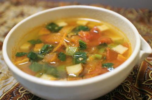 今日のキムチ料理レシピ:小松菜とトマトのピリ辛スープ
