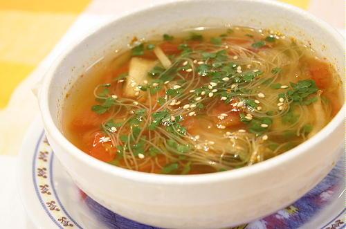 今日のキムチ料理レシピ:トマトとキムチのスープ