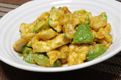 今日のキムチ料理レシピ:鶏とアボカドのキムチマヨ炒め