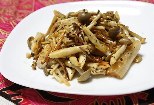今日のキムチ料理レシピ:鶏肉ときのことキムチのバジル焼き
