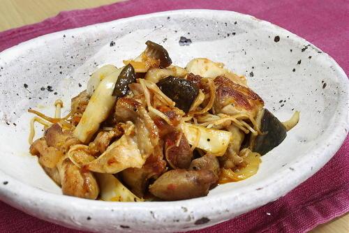 今日のキムチ料理レシピ:鶏肉ときのこのキムチバター醤油炒め