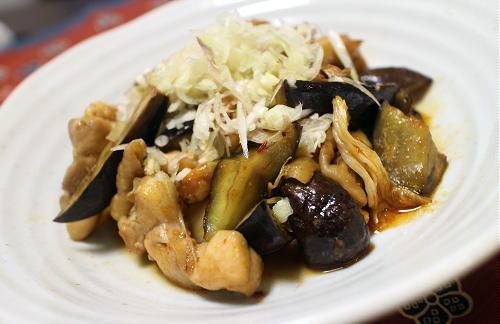 今日のキムチ料理レシピ:鶏もも肉とナスのキムチ炒め