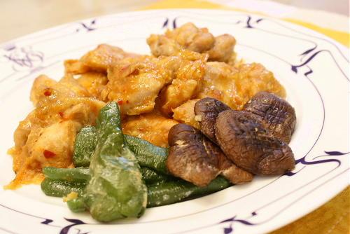 今日のキムチ料理レシピ:鶏もも肉のピリ辛焼き