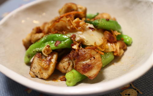 今日のキムチ料理レシピ:鶏肉としし唐とキムチの塩炒め
