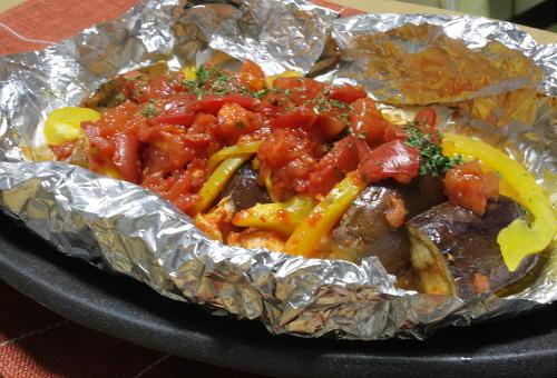 今日のキムチ料理レシピ:鶏肉のピリ辛トマト蒸し