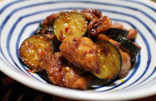 今日のキムチ料理レシピ:鶏肉とズッキーニの梅キムチ炒め