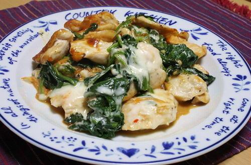 今日のキムチ料理レシピ:鶏肉とほうれん草のキムチチーズ焼き