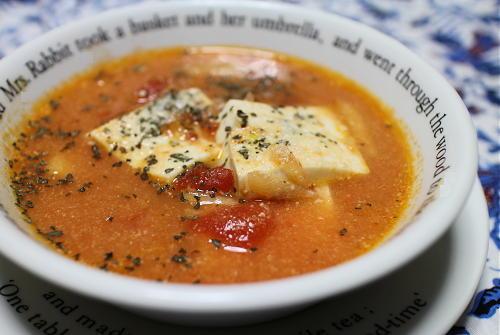 今日のキムチ料理レシピ:豆腐とトマトのピリ辛ミルクスープ