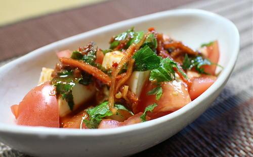 今日のキムチ料理レシピ:豆腐とトマトのピリ辛酢味噌ドレッシングサラダ