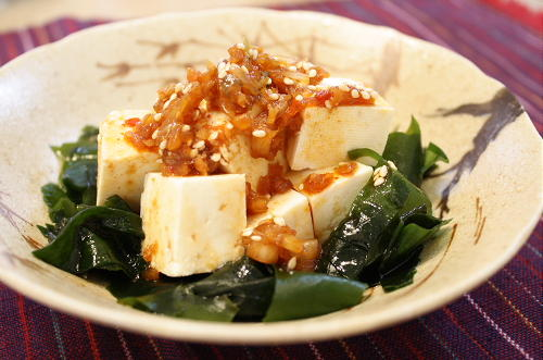 今日のキムチ料理レシピ:豆腐とわかめのキムチドレッシングサラダ