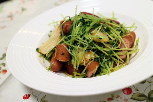 今日のキムチ料理レシピ:豆苗とソーセージのキムチ炒め