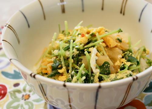 今日のキムチ料理レシピ:豆苗とキムチの卵とじ丼