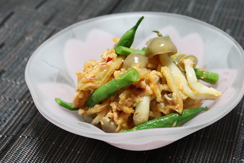 今日のキムチ料理レシピ:シメジのキムチシーチキン和え