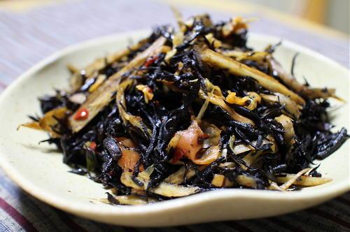 今日のキムチ料理レシピ:ゴボウとひじきとキムチのいためもの