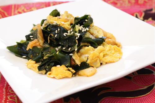 今日のキムチ料理レシピ:わかめとキムチの卵とじ