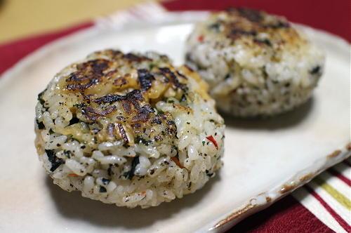 今日のキムチレシピ:わかめとキムチの焼きおにぎり
