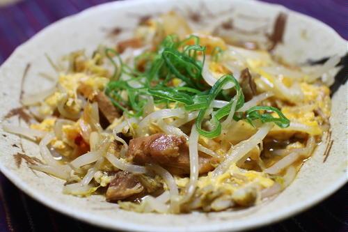 今日のキムチ料理レシピ:もやしと焼き鳥缶のキムチ卵とじ