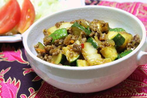 今日のキムチ料理レシピ:ズッキーニとキムチのドライカレー