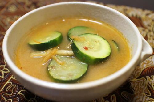 今日のキムチ料理レシピ:ズッキーニとキムチの味噌汁