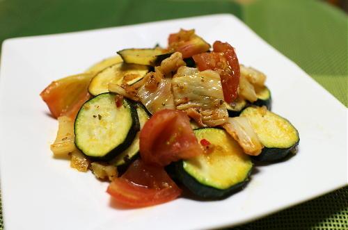 今日のキムチ料理レシピ: ズッキーニのトマトキムチ和え